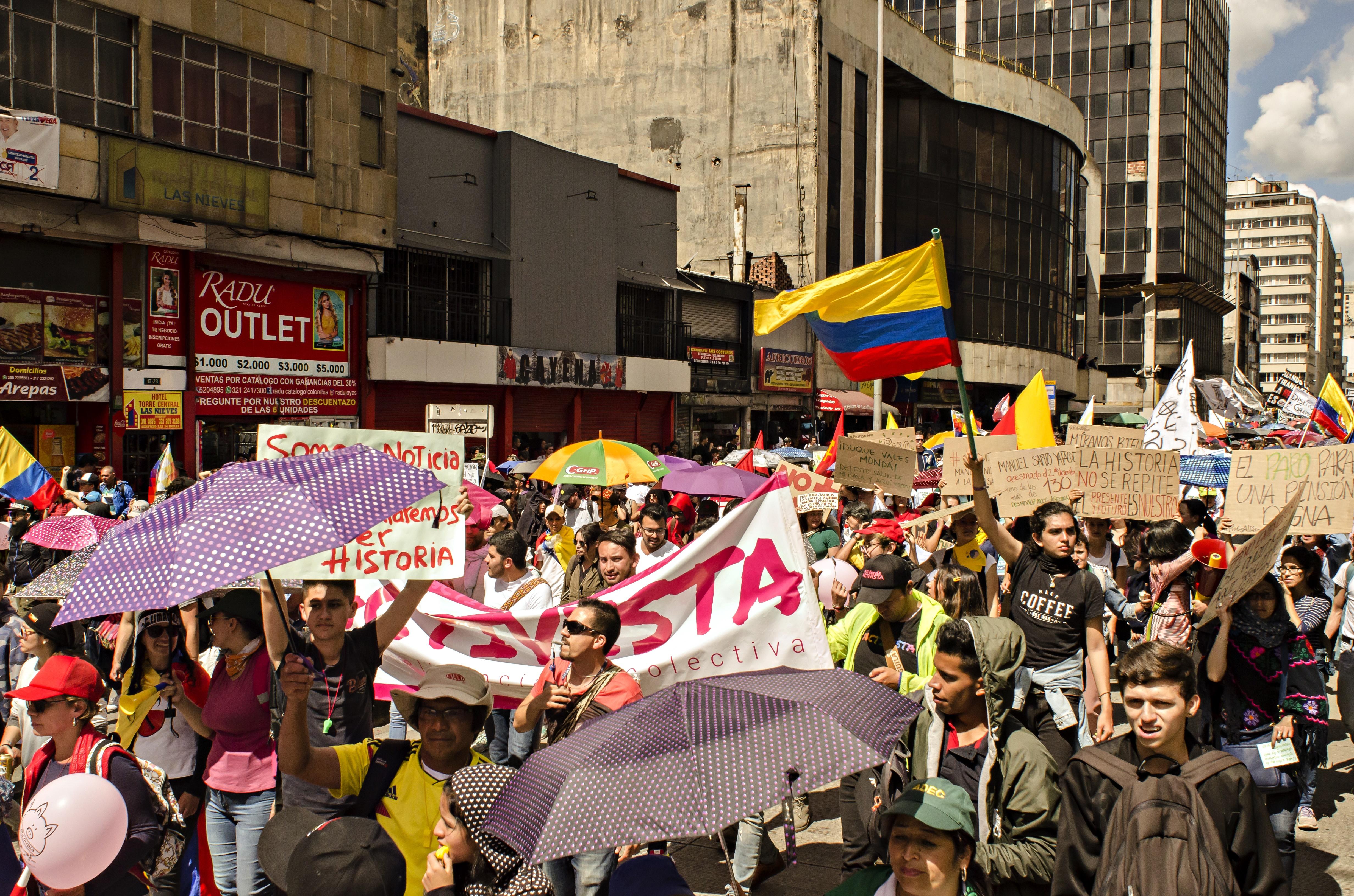 """Colombie: l'automne social brûlant d'un pays """"en plein réveil"""""""